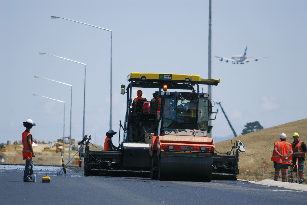 Hotmix is laid down in a final flourish on the 4.5-km-long Manukau extension. In total 55,000 tonnes of asphalt will be rolled out on this short section of the Ring Route alone.
