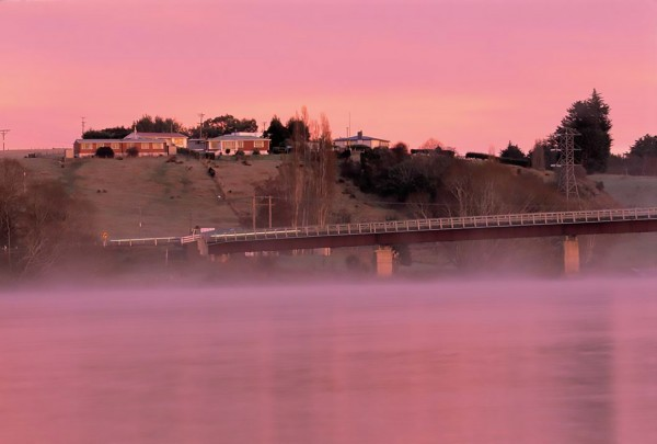 The Lower Clutha valley experiences a moister climate than the Upper Clutha, resulting in frequent autumn mists in places such as Clydevale, 25 km upstream from Balclutha. The bridge across the Clutha here is one of only four in the 150-plus km of river between Roxburgh and the coast.