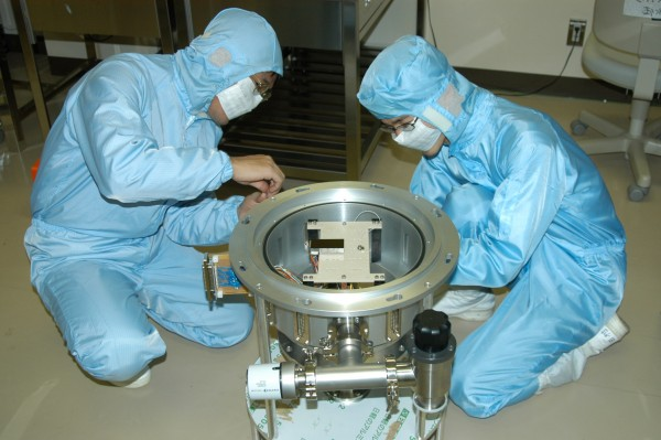 "(iv) Adjustments are made to the ""top end"" of the telescope by graduate student Tomohiro Sekiguchi."