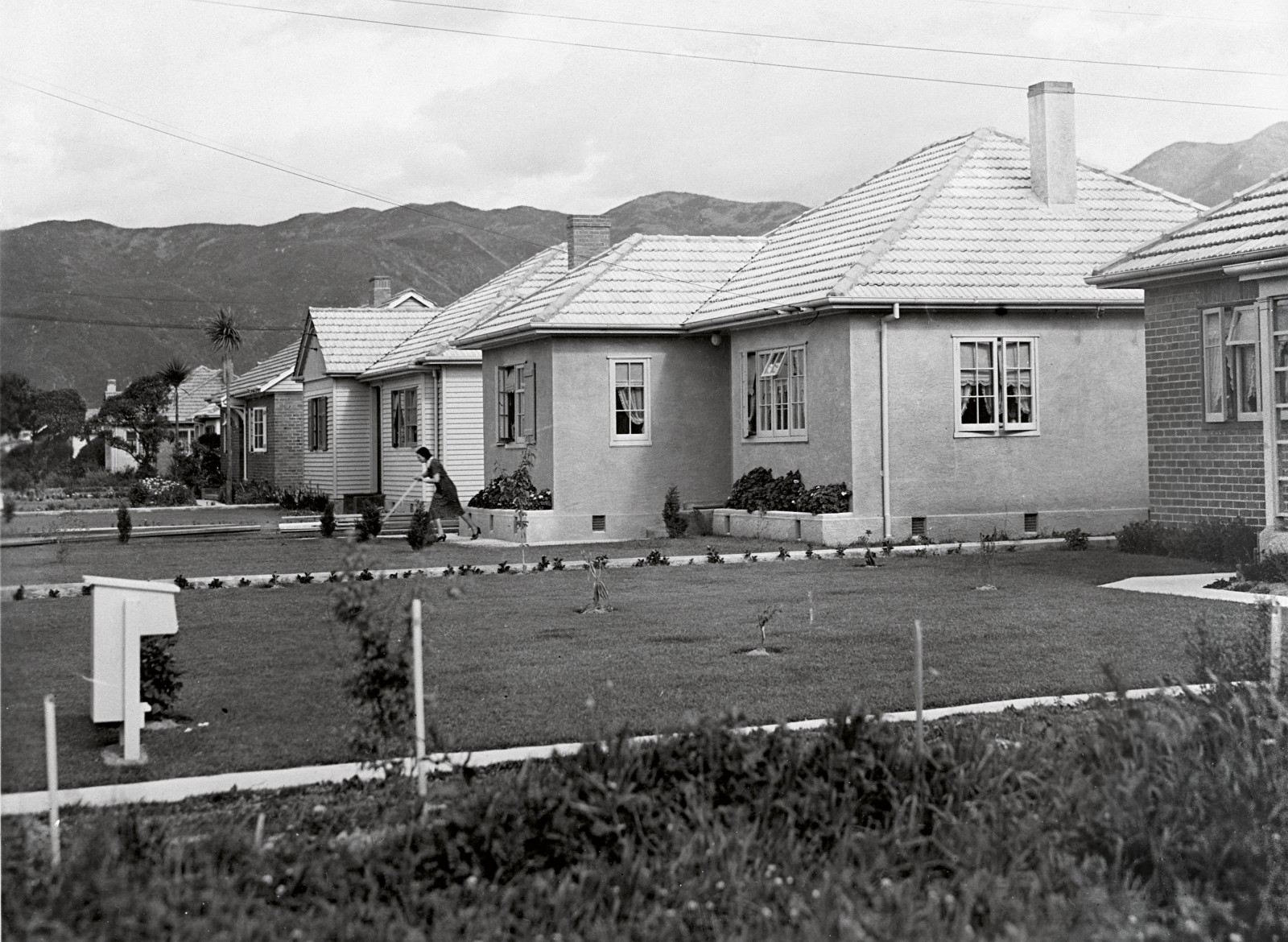 This cluster of new state houses photographed in Mahoe Street, Lower Hutt in the late 1930s, illustrates some of the principles of the day, namely that each house was to look distinctive and there was to be plenty of space for lawns and gardens. Sadly, later state houses often departed from those worthy guidelines.