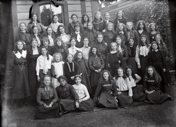 Much of a man's legacy lies in his offspring. One of Swainson's sons, George, married Maryanne Arrowsmith, who started a school for girls in Wellington. Among her pupils in this 1901 photograph was Katherine Mansfield (second row, seventh from left). Several of Swainson's children inherited his talent for illustration, among them Lucella (born to his second wife, Ann, in 1842), who painted this North Island shrub. Rhabdothamnus solandri (1887).