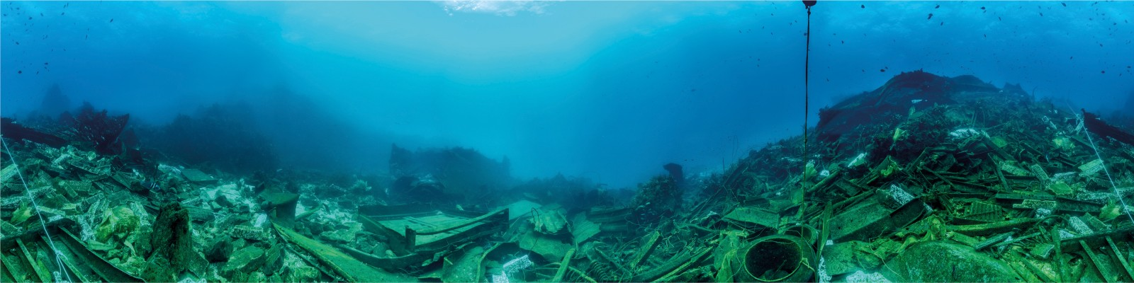 BEFORE  The wreck of the Rena left a huge field of debris strewn across the reef between the bow and stern sections. Using a specially modified tripod and underwater camera, photographer Darryl Torckler created a 360º panorama from the centre of the field (position marked on previous spread) by digitally stitching 17 separate exposures.